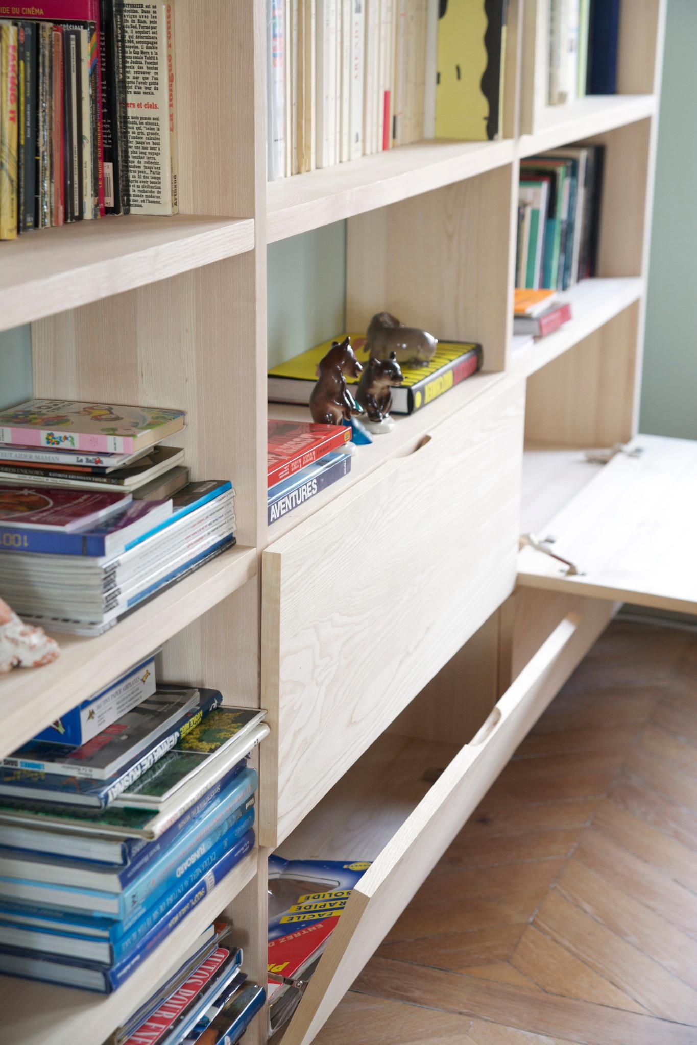 Nonjetable-Bibliothèque-sur-Mesure-en-Frêne-Massif-pour-un-Salon-Détail