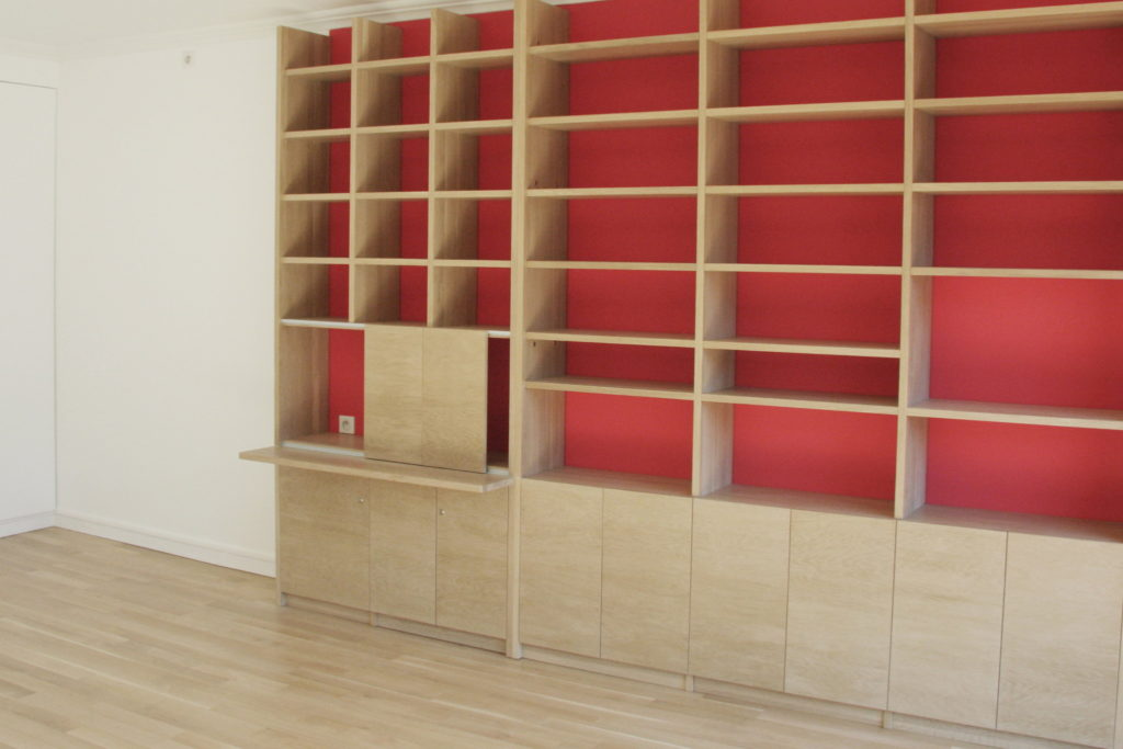 Nonjetable-Solid-Oak-Home-Office-Space-Red-Background-Walll
